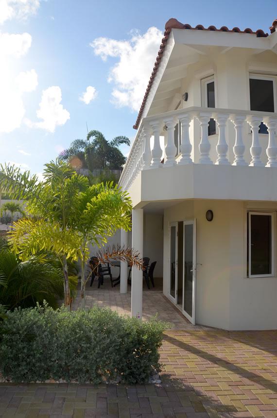 Het terras van het appartement Kas di Bon Bida