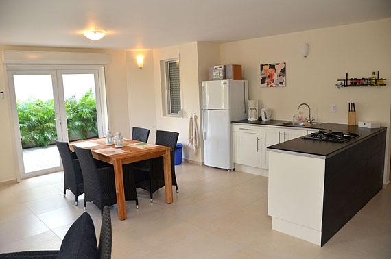De keuken en eethoek van het appartement
