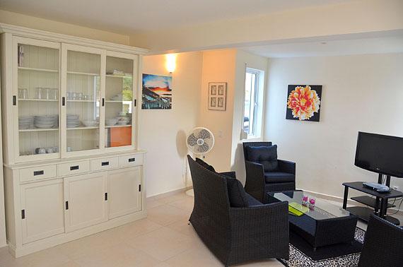 De zithoek van het appartement van villa Kas di Bon Bida