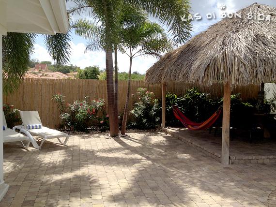 Het terras van het zwembad van villa Kas di Bon Bida