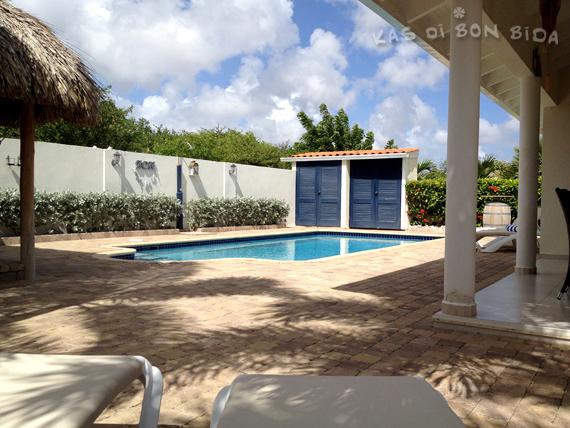 Het zwembad van villa Kas di Bon Bida